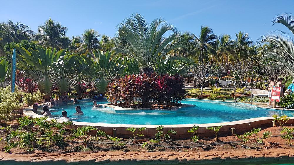 Foto do ofurô do parque Hot Beach, em Olímpia/SP. A atração fica no meio do rio lento, que possui leve correnteza.