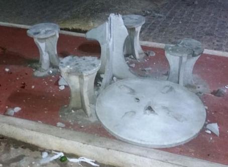 Revoltado com aglomeração, homem destrói mesa de praça em Taquaritinga do Norte