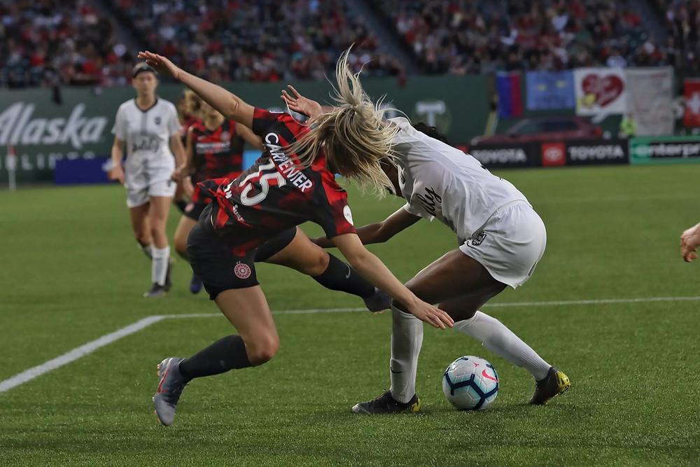 Ellie Carpenter batalla por la pelota (crédito: Craig Mitchelldyer)