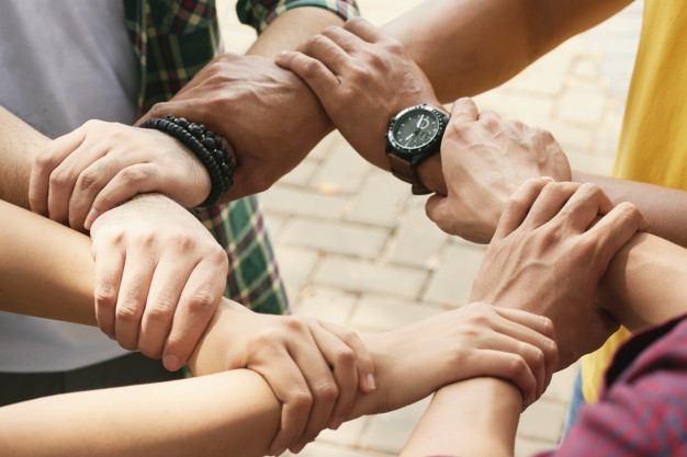 braços juntos