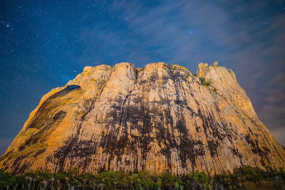 A night view of the Monte da Toca, a mountain with a lot of classic routes to climb - Foto: Leve de Viagem
