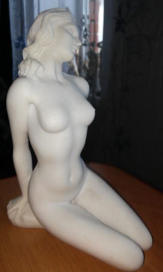 Статуэтка обнаженной девушки