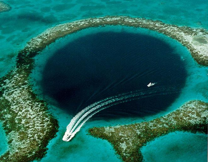 Le grand trou bleu sur la barrière de corail au Bélize