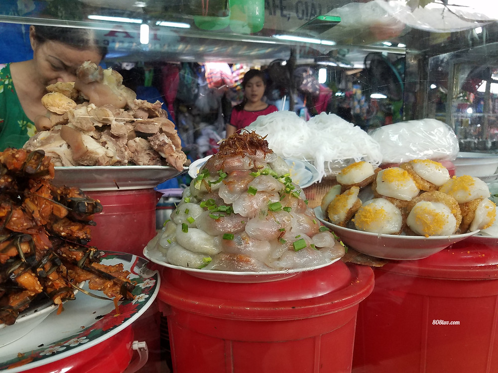 Food that can be found at the market in Hue