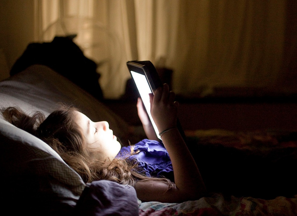 Using tablet to read in bed