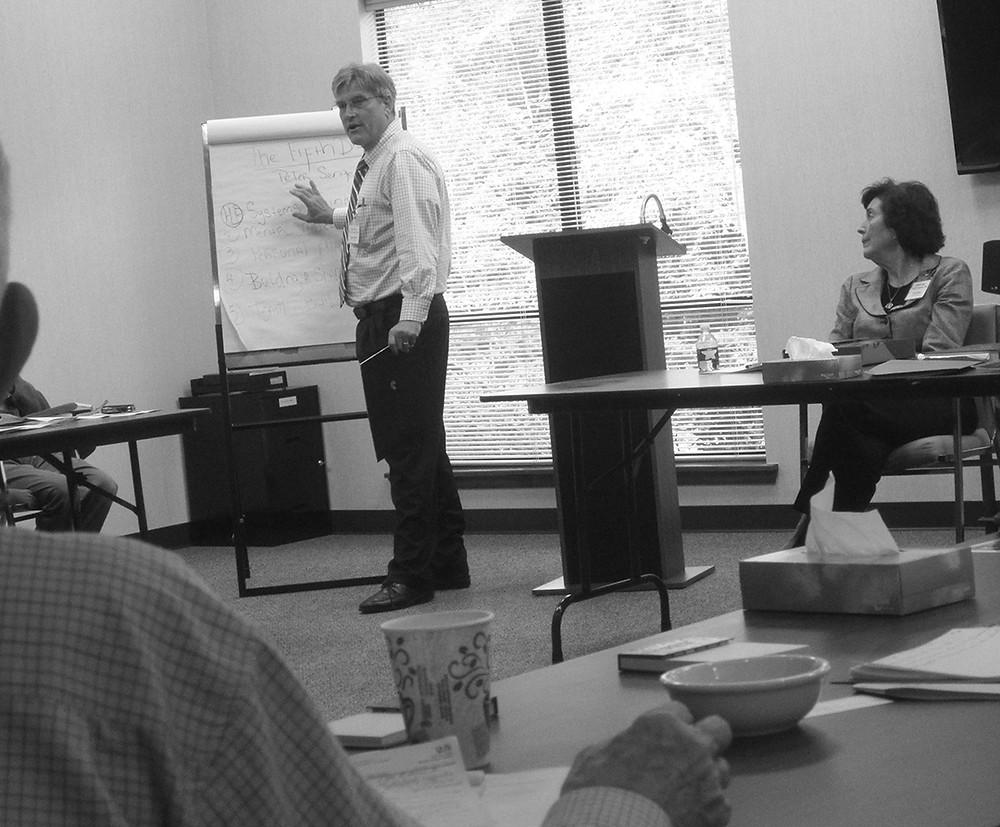 El Dr. William Schmidt discute el problema del tratamiento con la Dra. Patricia Reed con terapeutas en la conferencia shalom.