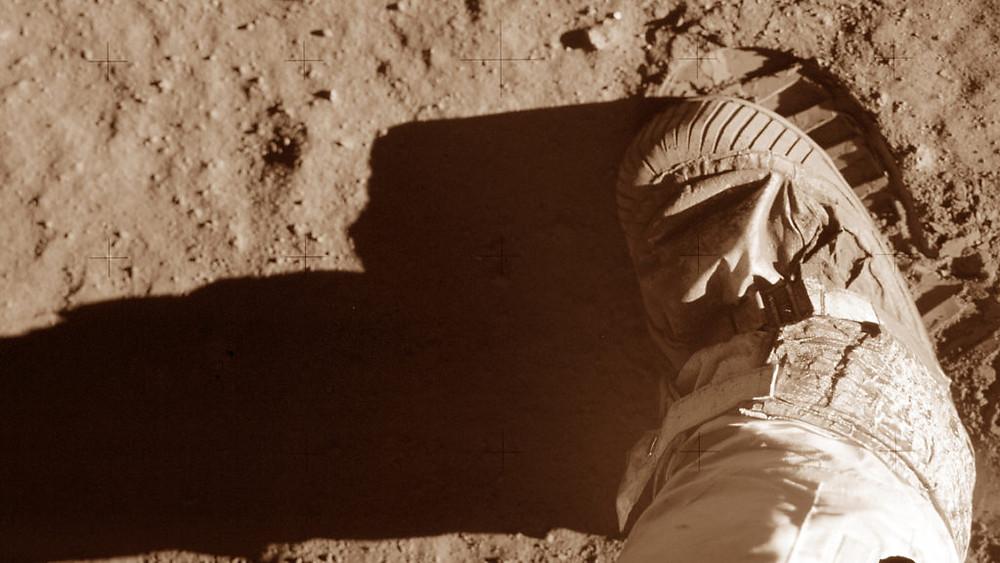 Sepatu dan tapak kaki Buzz Aldrin saat uji tanah di bulan saat aktivitas kendaraan Apollo 11 pada 20 Juli 1969.