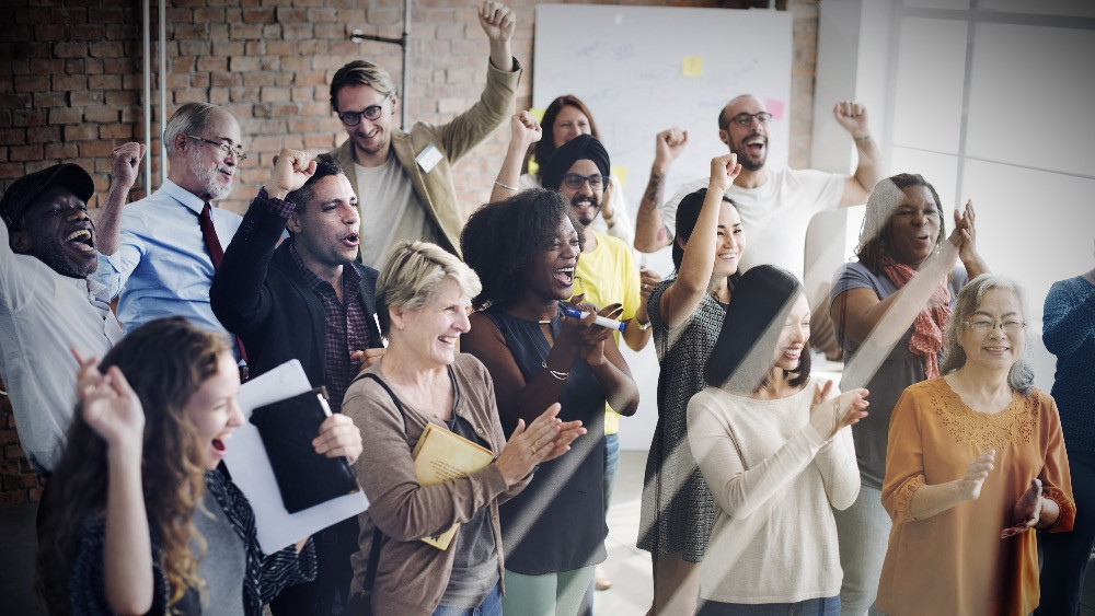 Reunión de empleados en oficina recién reformada