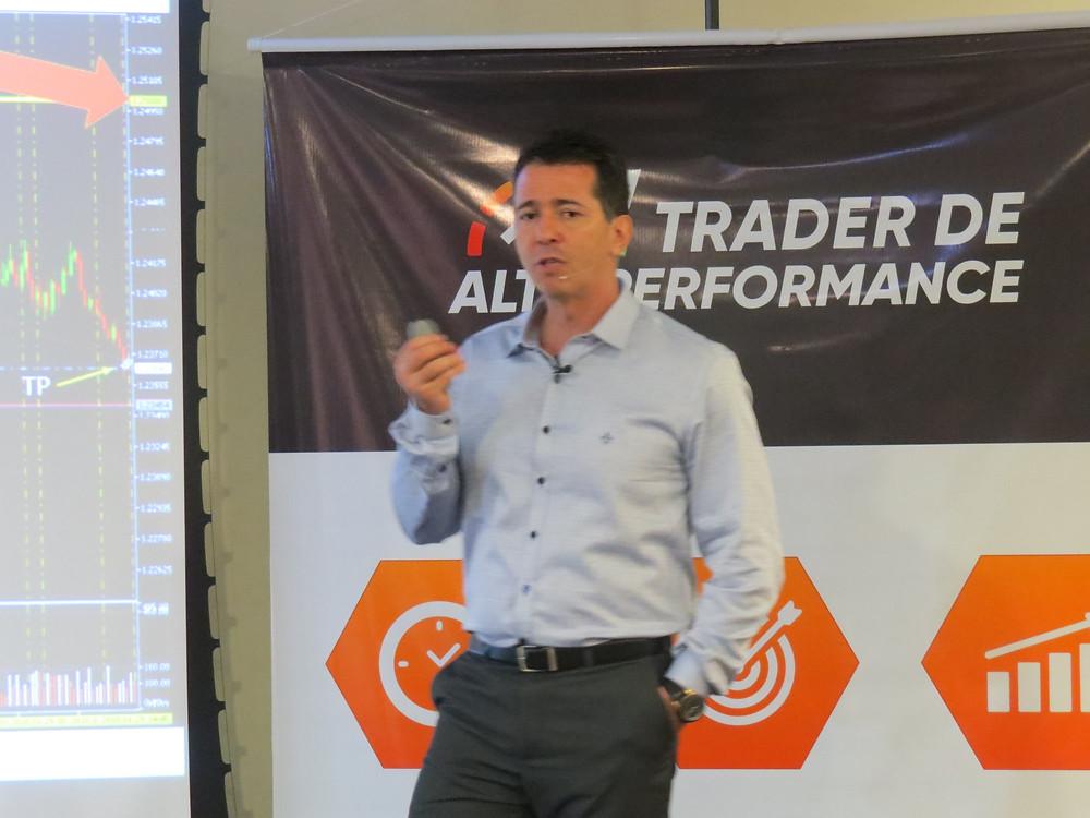 Professor Alexandre Castro no encontro presencial da turma Trader de Alta Perfomance em Marília