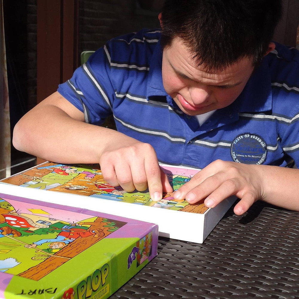 Bewoner van Ter Heide werkt geconcentreerd aan een puzzel