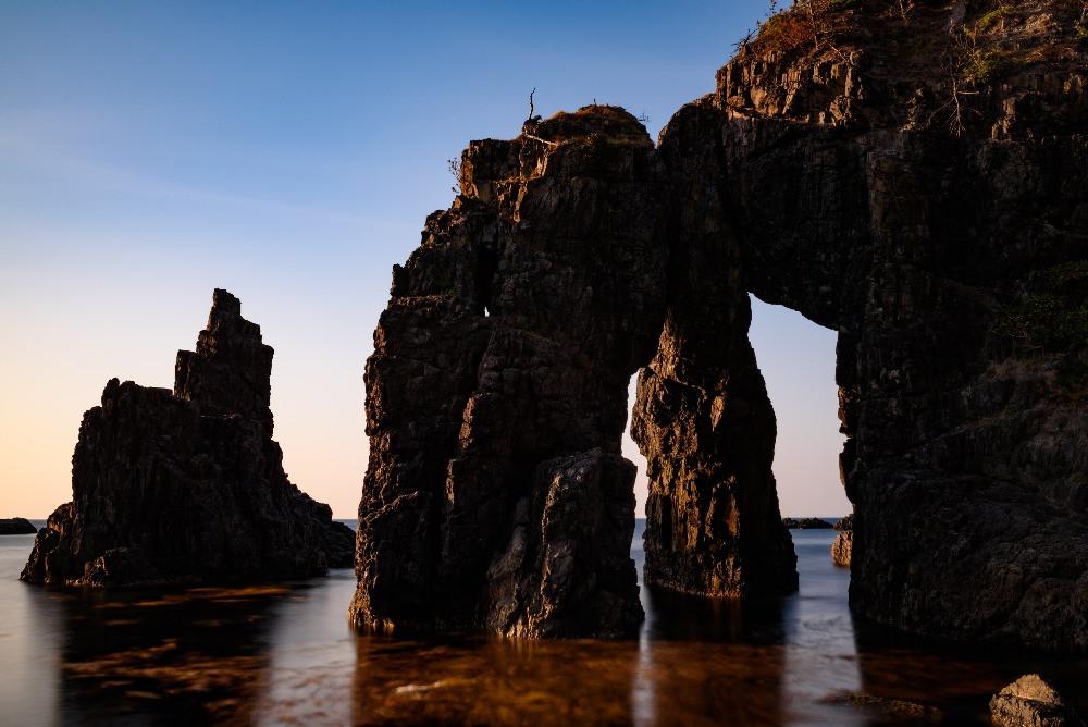 夕暮れに照らされる奇岩 / Rocks of unusual shape lit by sunset light