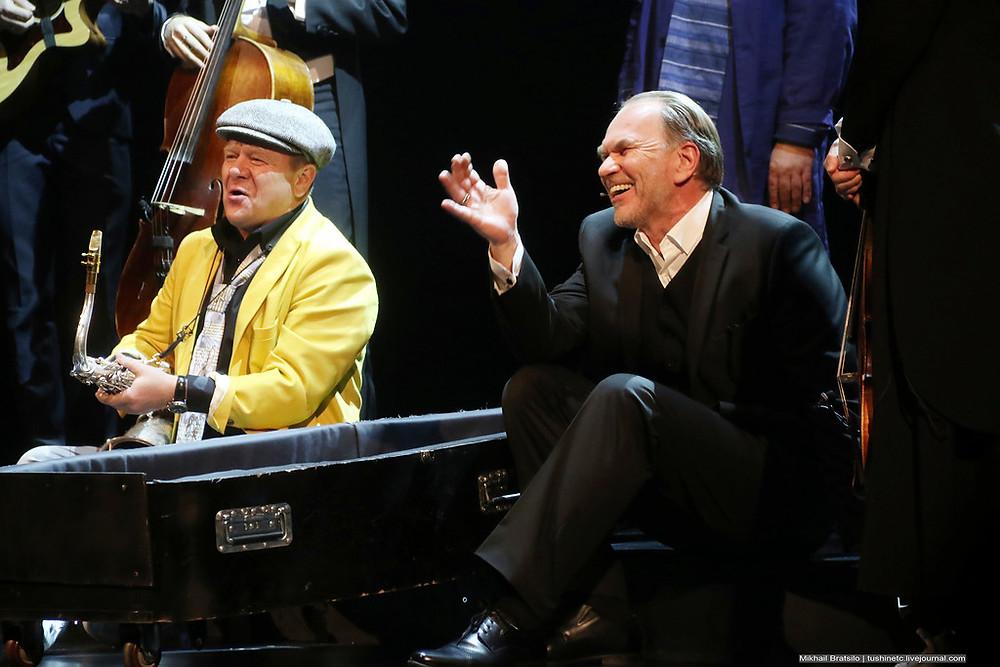 Игорь Бутман и Алексей Гуськов в спектакле «Онегин-блюз»