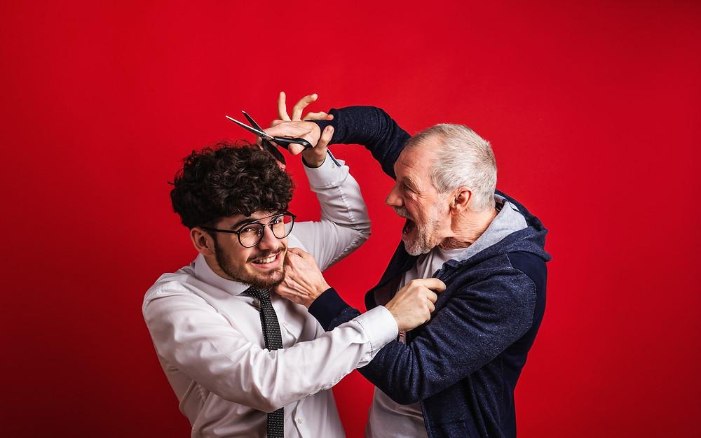 Un homme âgé est en désaccord avec un jeune homme.