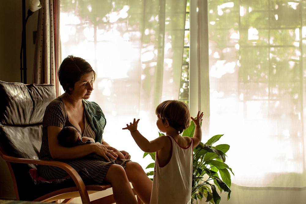 sesión documental familiar en casa con recién nacido y hermana mayor