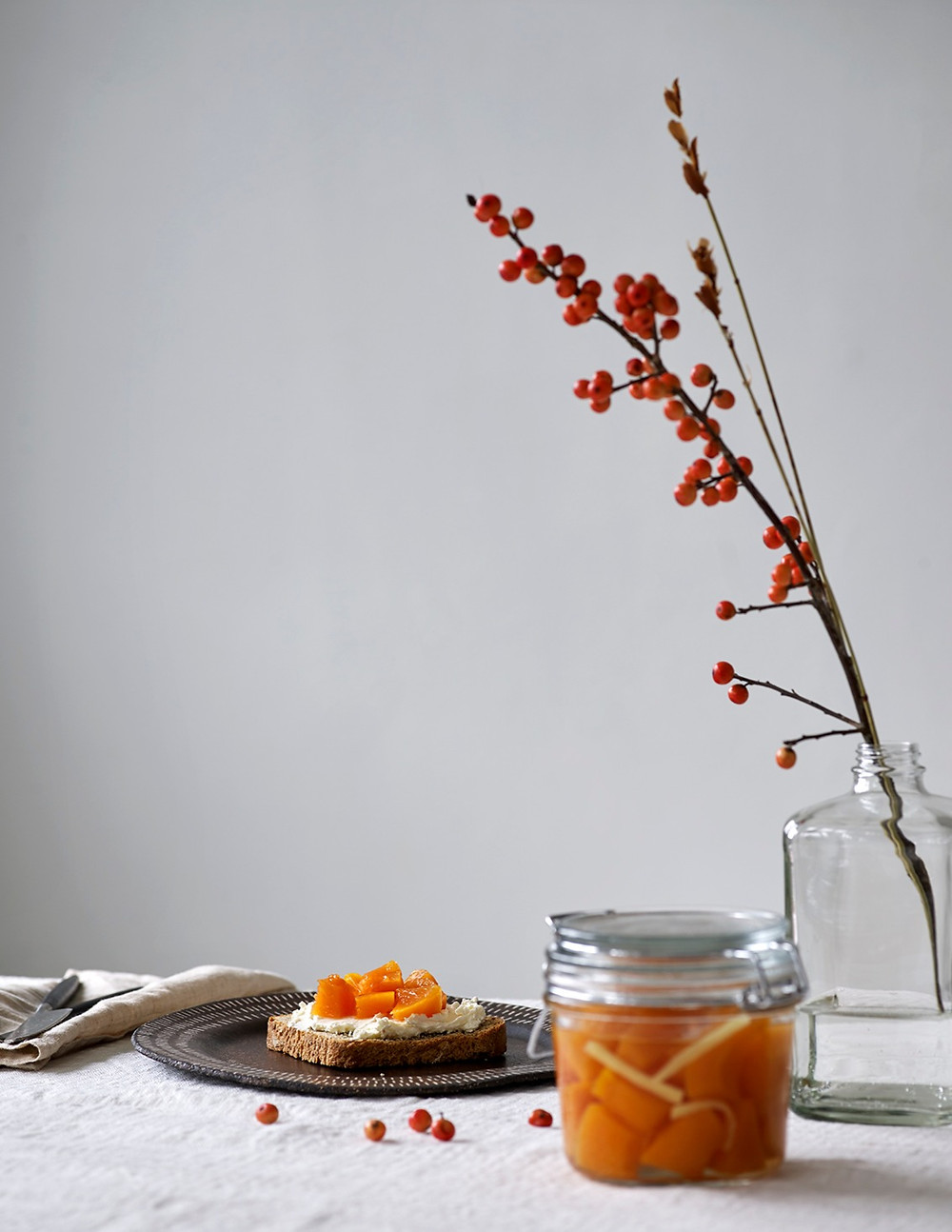 Brødskive med chévrekrem og syltede gresskar