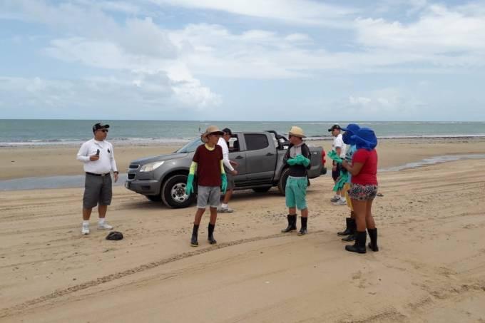 Voluntários recolhem manchas de óleo em praias do Ceará  Comunidade Caetanos de Cima/Reprodução