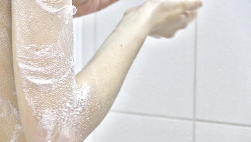 Residus de savon sur la peau avec le calcaire eau dure