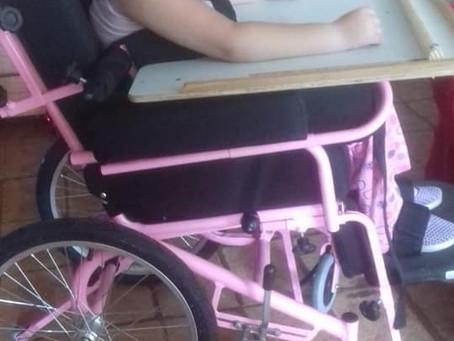 A cadeira especial de Clarinha fica pronta e chega em sua casa.