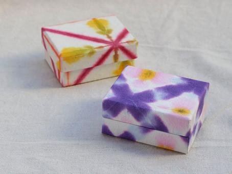 和紙の有松絞で、華やかな箱に