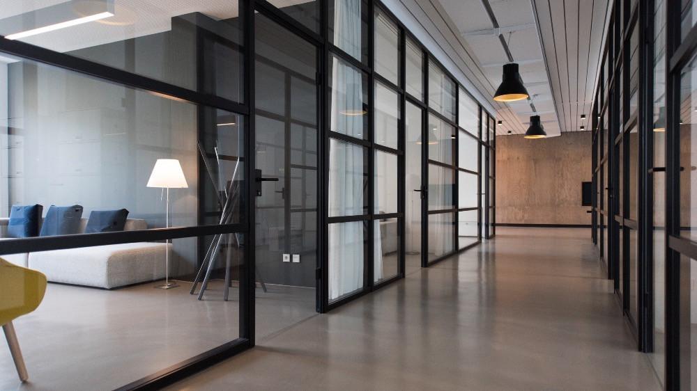 reforma de oficinas con mamparas de vidrio y aluminio