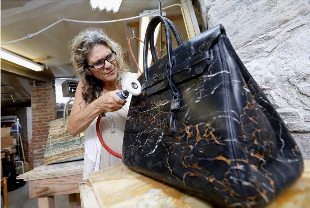 Barbara Ségal tallando uno de sus bolsos