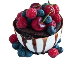 Mug cake chocolat et fruits rouges