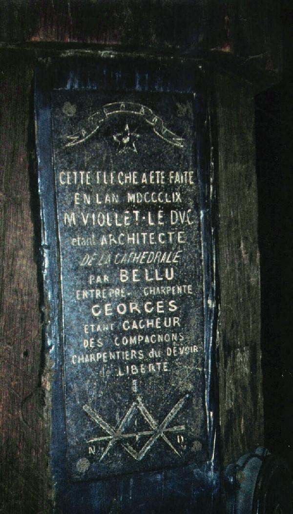 Plaque en fer de 18 par 32 cm, vissée dans le poinçon central. Notre-Dame de Paris