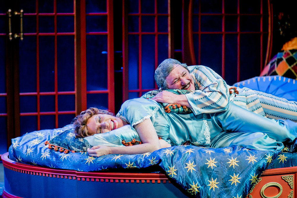 Юлия Рутберг и Андрей Ильин в спектакле «Карнавальная ночь»