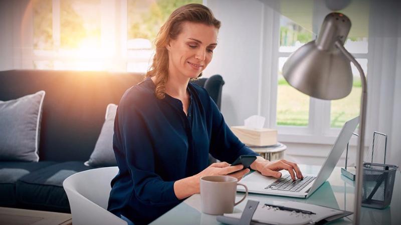 Mujer trabajando en su oficina en casa