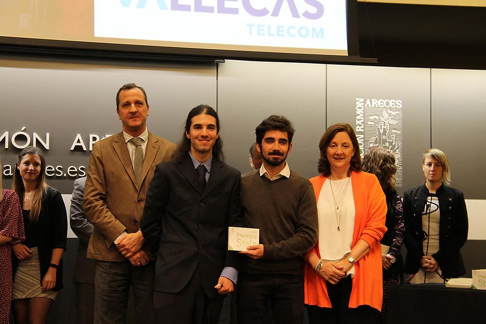 Ulises y Gabriel recogiendo el premio Stela 2019 concedido a Vallecas Telecom