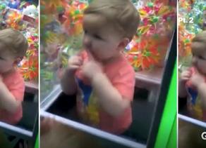 Двухлетний ребенок из Алабамы застрял в автомате Хватайка !