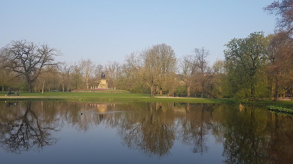 Lago e estatua do Vondelpark, em Amsterdam.