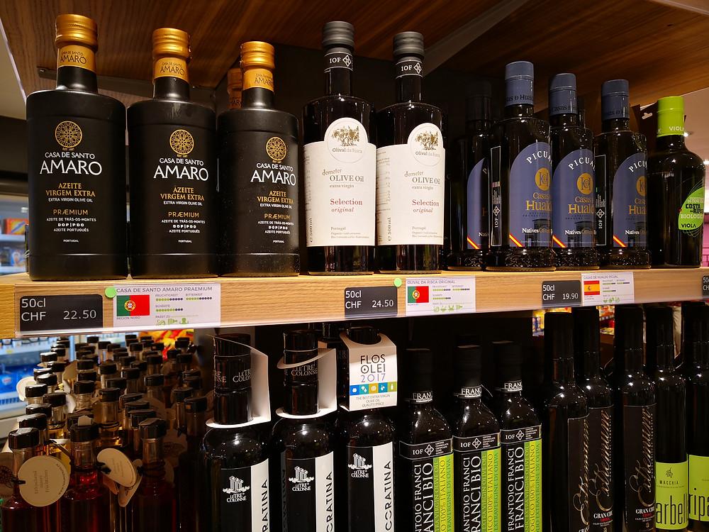 Perfekte Regalbeschriftung für Olivenöle. Im Dorfplatz 9 eine gern gesehene Orientierungshilfe für Kunden. (evoo.expert)