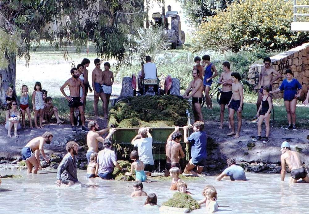 חברי הקיבוץ בגיוס להוצאת בוץ וסחף באחד הגיוסים ב-1983. כולם מתגייסים למשימה.