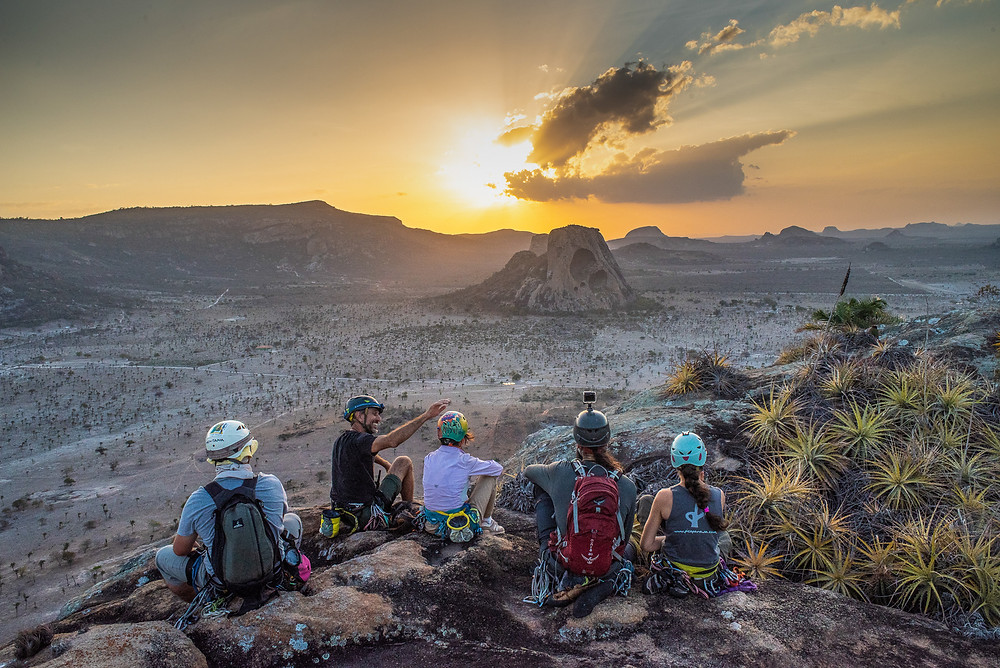 Climbers seeing the sunset from the Morro do Napoleão - Foto: Leve de Viagem