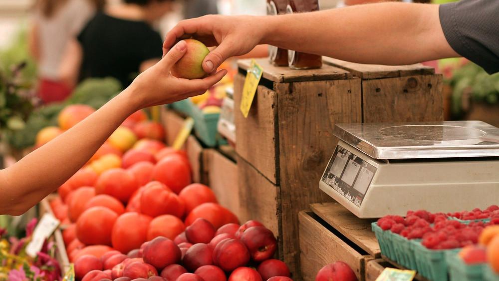 que hace un consumidor antes de comprar