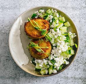 Savaitgalio pietums – kugelio keksiukai su grūdėtąja varške ir agurkų salotomis