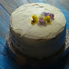 Torta al kefir con glassa alla vaniglia e panna acida