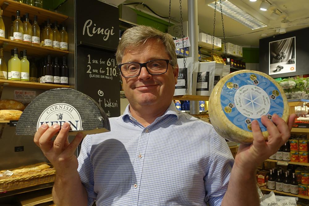 Bernt Bucher Johannesen - daglig leder i HANEN med de to siste års vinnere av World Cheese Awards; Cornish Kern fra Lynher Dairies, vinner 2017 og Kraftkar fra Tingvollost vinner 2016