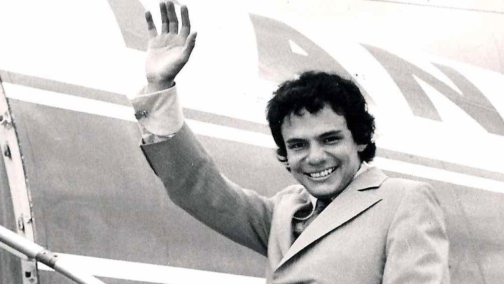José José aborda un avión.