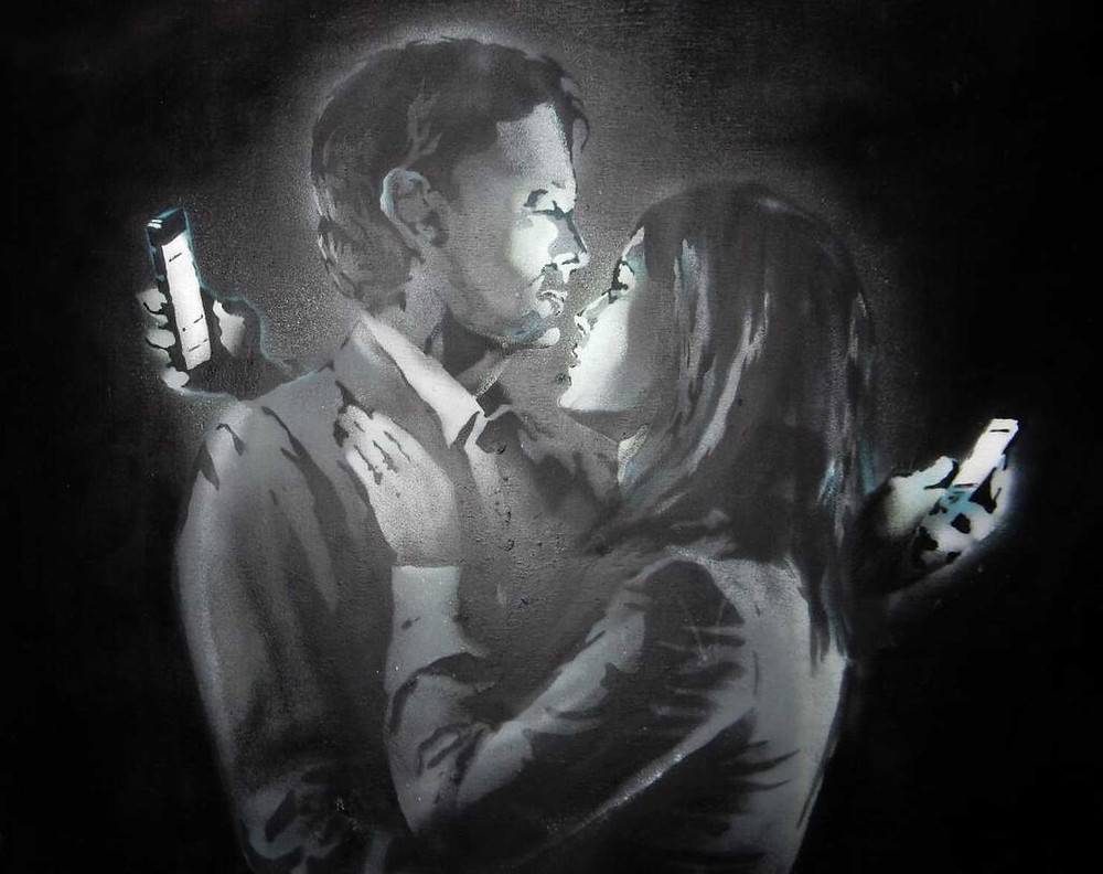 Pareja con celulares.