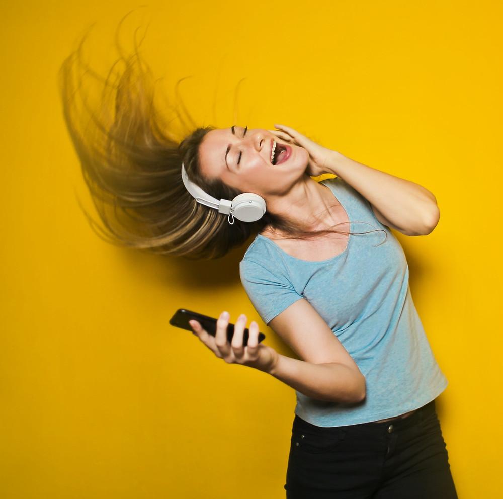 Naar muziek luisteren maakt gelukkig