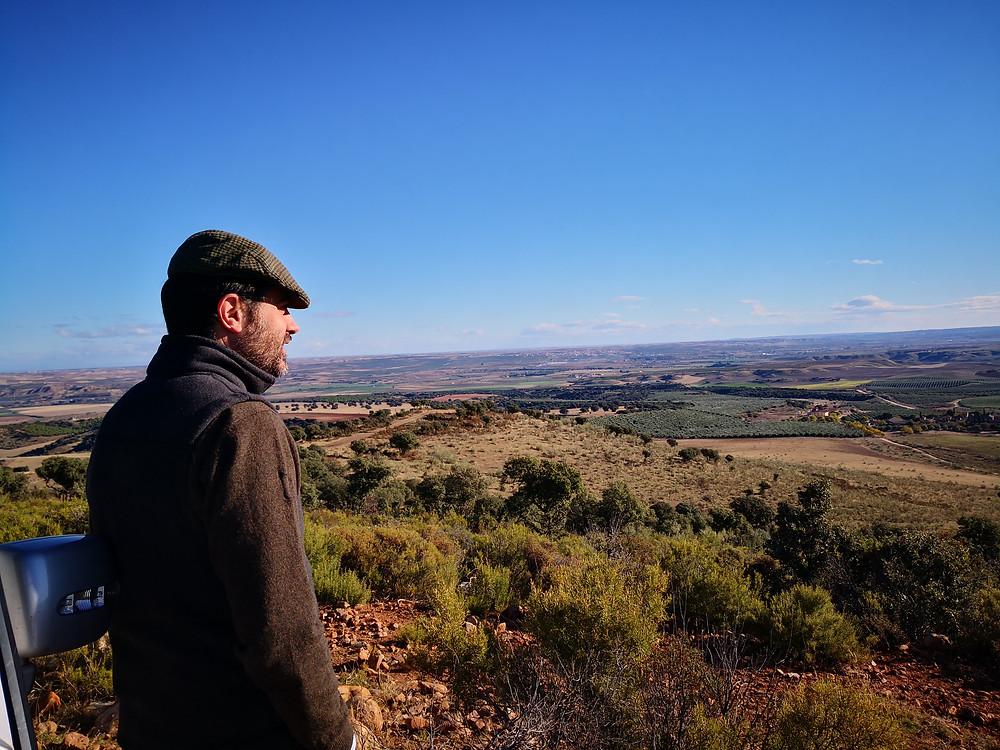 Bild: José Antonio Peche Marín-Lázaros Blick schweift in die Ferne. Das 3 200 Hektar umfassende Land Hualdos mit seinen Tälern, Wäldern, 280 000 Olivenbäumen, vielen hundert Wildschweinen, Mufflons, Hirschen, Füchsen, 1 500 Manchego-Schafen, Mais- und Rapsfeldern und dem Fluss Tajo liegt zwischen ihm und dem Horizont. Seit 19 Jahren leitet Peche Marín-Lázaros das wohl schönste Olivengut der Welt - Casas de Hualdo.