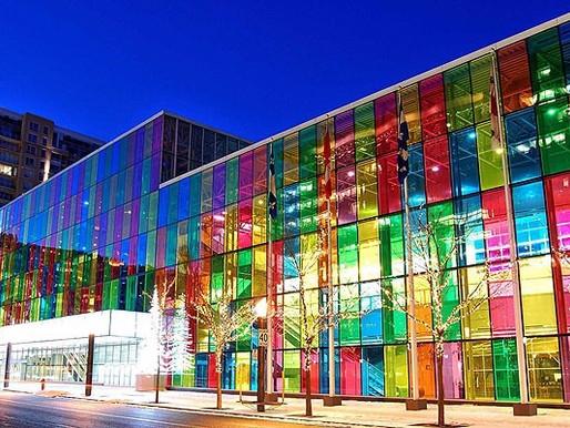 Prédios icônicos com fachadas coloridas.