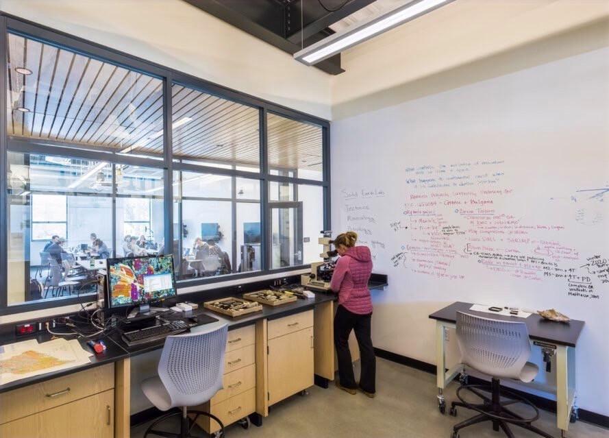 Binada öğrenciler çevre ile ilgili araştırmalar yapıyorlar. Deney laboratuarlarında dünyanın çevre problemlerine çare arıyorlar. Bu şekilde yetişen gençler ilerideki hayatlarında çevre konusunda duyarlı oluyor ve çocuklarını da bu bilinç ile yetiştiriyorlar.