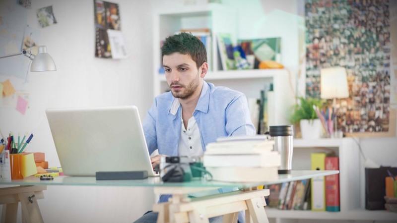Hombre trabajado en su oficina desde casa