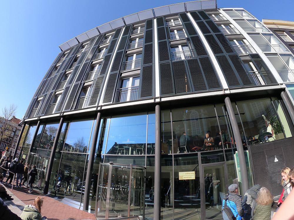 Fachada do museu Casa de Anne Frank, em Amsterdam. O post traz dicas de como comprar o disputado ingresso para visitar a atração.