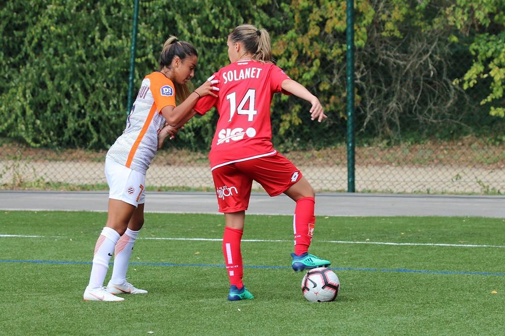 Tatiana Solanet face à Sakina Karchaoui lors du match entre le Dijon FCO et le Montpellier HSC