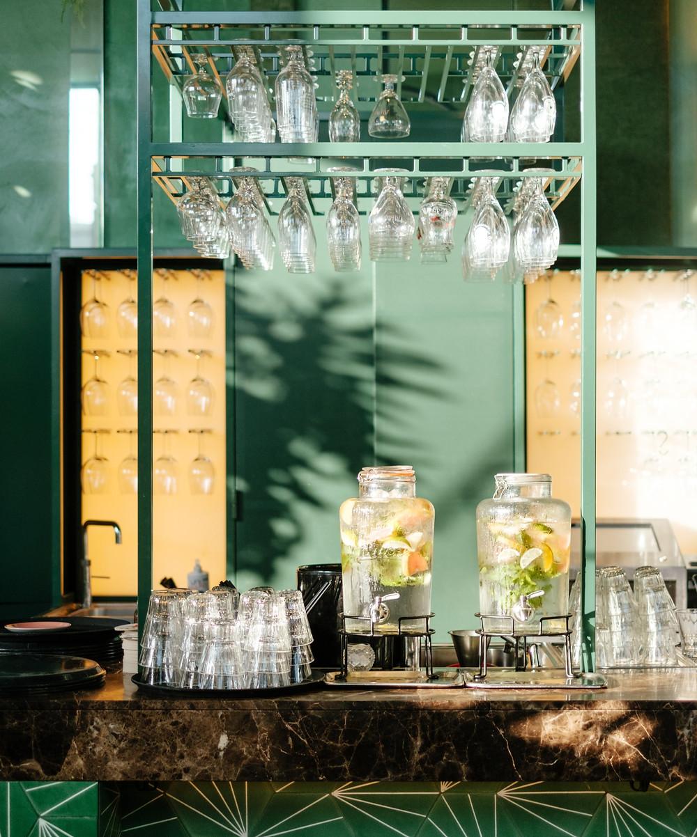 Bar design avec des verres suspendus