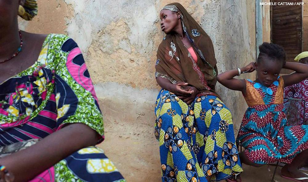 Una mujer desplazada en el patio de la vivienda donde ha sido refugiada en Segou (Malí), en septiembre de 2019, tras haber abandonado su localidad de origen debido a la violencia que azota esta región del país desde 2012. MICHELE CATTANI / AFP